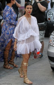 2B7315C100000578-3201587-All_about_the_ruffles_Kourtney_opted_for_a_flirty_tiered_dress_a-m-68_1439855360088