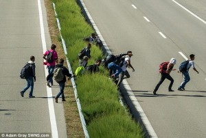 2C1B5C9200000578-3226888-Police_were_forced_to_close_a_motorway_after_groups_of_migrants_-a-14_1441796814111