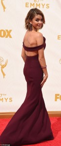 2C919FBB00000578-3228474-Ravishing_in_red_The_Modern_Family_star_showed_off_much_of_her_b-m-408_1442796900973