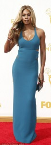 2C91EE8600000578-3228474-Beauty_in_blue_Laverne_wowed_in_a_cut_out_detail_dress_and_her_g-a-584_1442801256445
