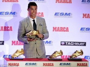 2D5EAEB500000578-3270764-Cristiano_Ronaldo_poses_with_the_European_Golden_Boot_after_beco-a-26_1444822276952