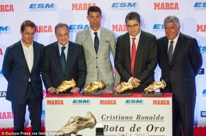 2D5F31A500000578-3270764-Perez_2nd_left_poses_with_Ronaldo_centre_and_club_officials_in_f-a-22_1444822276947