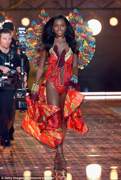 2E52F3B000000578-3312676-Seeing_red_Jasmine_Tookes_from_California_looked_red_hot_in_her_-a-37_1447251514638