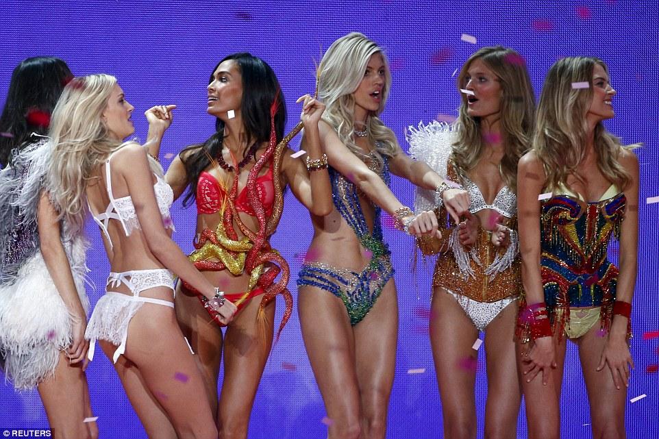 2E534E4400000578-3312676-Pretty_ladies_The_Victoria_s_Secret_girls_sparkle_as_they_dance_-a-15_1447251514481