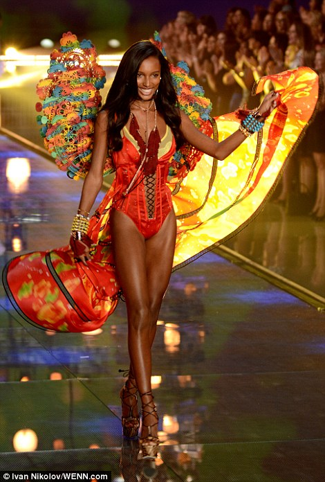2E545B3600000578-3312676-Seeing_red_Jasmine_Tookes_from_California_looked_red_hot_in_her_-a-35_1447251514636