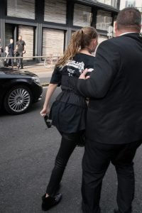 22 set 2016 - MILAN - ITALY *** NOT AVAILABLE FOR ITALY *** GIGI HADID LIFT UP FROM A FAN WHILE LEAVING WITH BELLA HADID , MAX MARA FASHION SHOW IN MILAN BYLINE MUST READ : XPOSUREPHOTOS.COM ***UK CLIENTS - PICTURES CONTAINING CHILDREN PLEASE PIXELATE FACE PRIOR TO PUBLICATION *** **UK CLIENTS MUST CALL PRIOR TO TV OR ONLINE USAGE PLEASE TELEPHONE 44 208 344 2007**